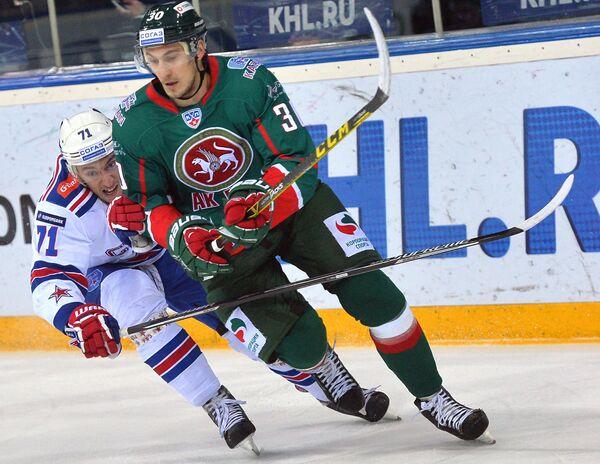 Нападающий СКА Антон Бурдасов (слева) и защитник Ак Барса Николай Белов