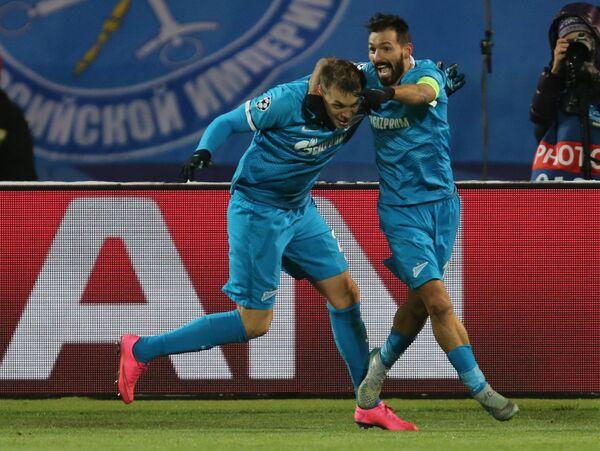 Футболисты Зенита Артем Дзюба (слева) и Мигел Данни радуются забитому голу