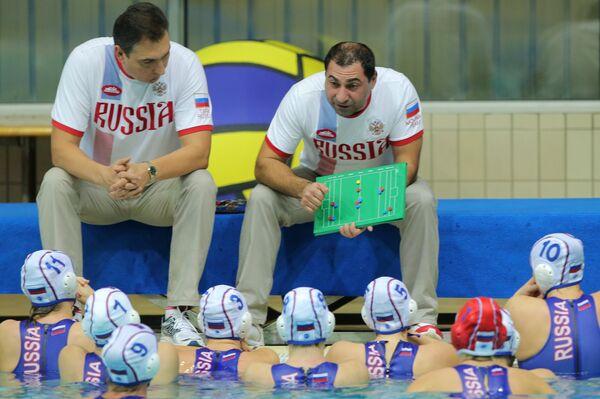 Главный тренер женской сборной России по водному поло Александр Гайдуков (в центре) дает указания игрокам своей команды