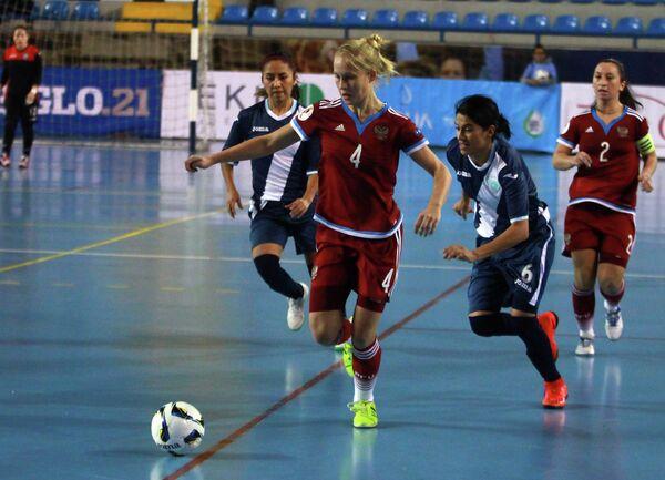 Игрок женской сборной России по мини-футболу Александра Самородова (в центре)