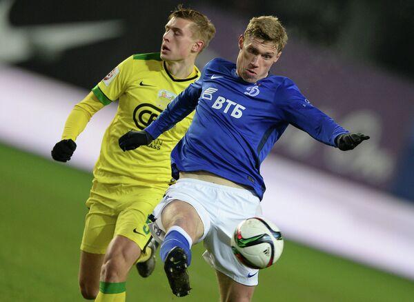Защитник Анжи Александр Жиров (слева) и нападающий Динамо Павел Погребняк