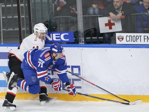 Игрок Трактора Филип Новак (слева) и игрок СКА Антон Бурдасов