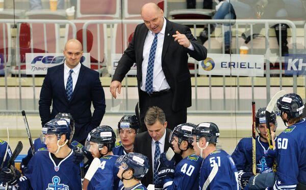 Главный тренер Адмирала Александр Андриевский (на втором плане в центре)
