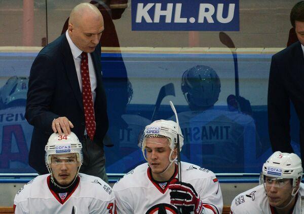 Главный тренер Автомобилиста Андрей Разин и хоккеисты Автомобилиста Павел Турбин, Николай Тимашов и Егор Журавлёв (слева направо)