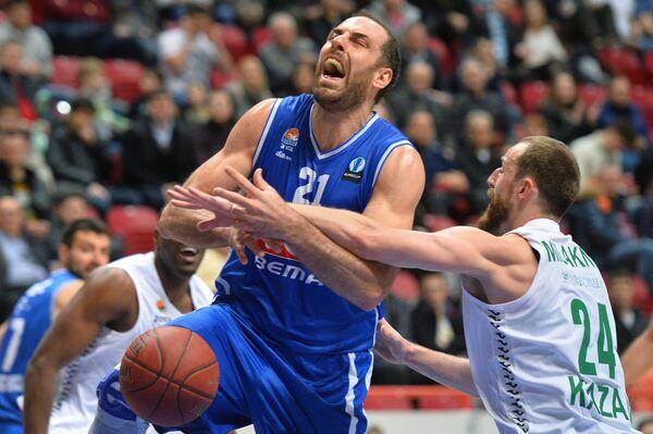 Центровой БК Будучность Алекс Марич (слева) и форвард БК УНИКС Артурас Милакнис