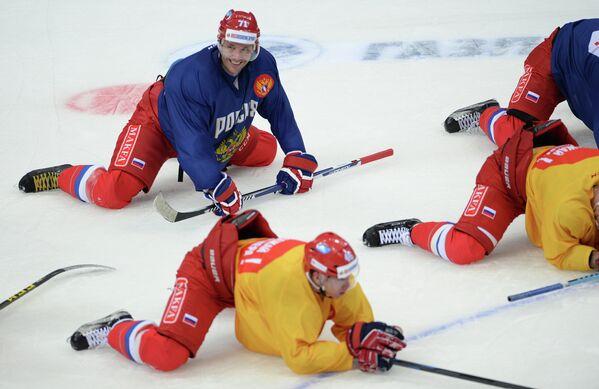 Форвард сборной России по хоккею Илья Ковальчук (слева на втором плане)