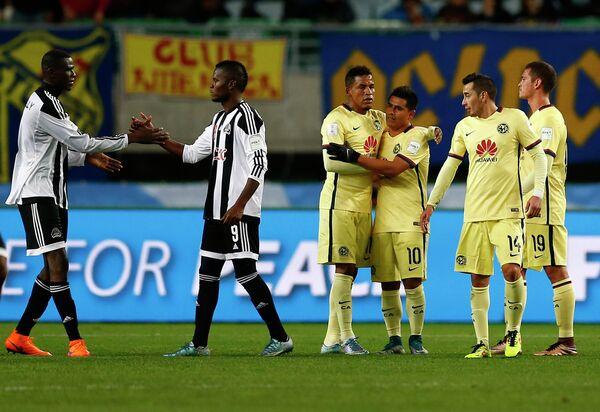 Футболисты Мазембе (слева) и Америки