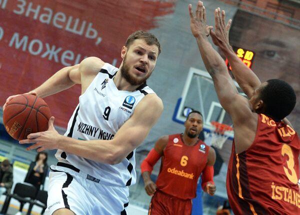 Защитник БК Нижний Новгород Виктор Заряжко (слева) и защитник БК Галатасарай Эррик Макколум