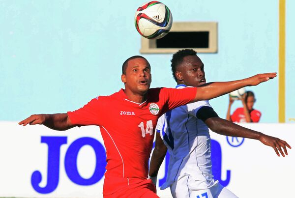 Игровой момент матча между сборным Гондураса и Кубы по футболу