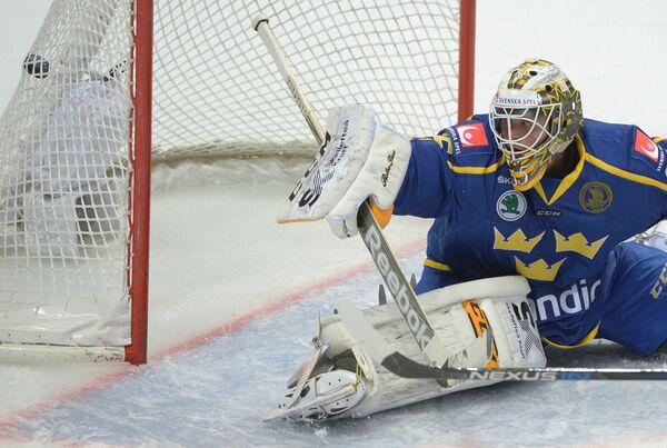 Вратарь сборной Швеции Маркус Свенссон пропускает шайбу в свои ворота
