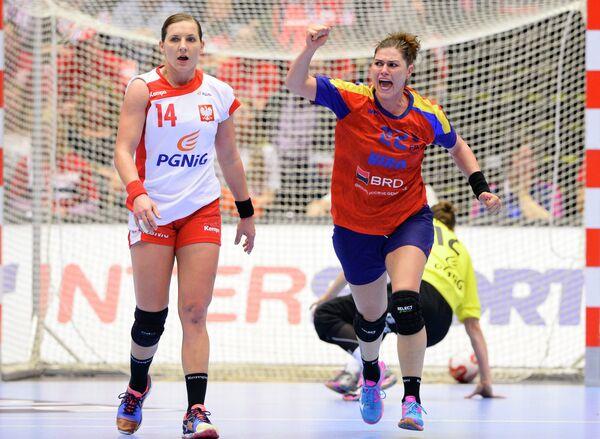 Игровой момент матча сборных Румынии и Польши по гандболу