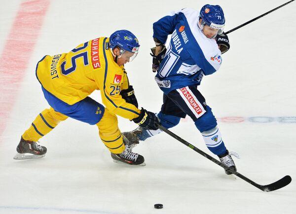 Форвард сборной Швеции Андреас Энгквист (слева) и нападающий сборной Финляндии Кристиан Куусела