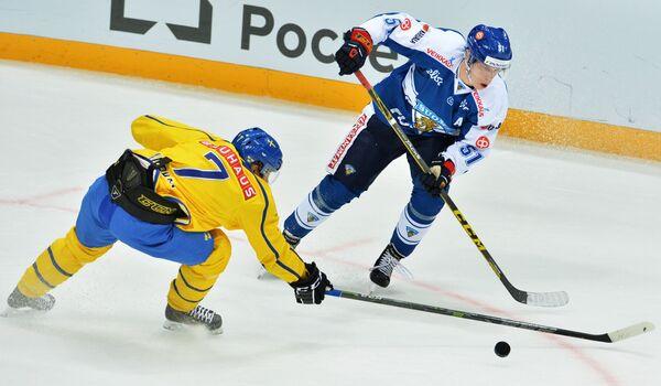 Форвард сборной Швеции Джон Норман (слева) и нападающий сборной Финляндии Томи Саллинен