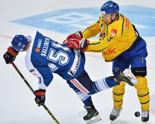 Форвард сборной Финляндии Томи Саллинен (слева) и защитник сборной Швеции Том Нильссон