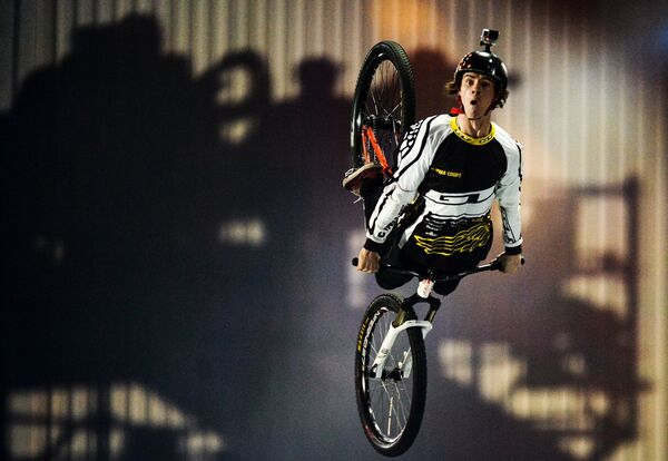 Участник фестиваля выступает в дисциплине BMX и MTB