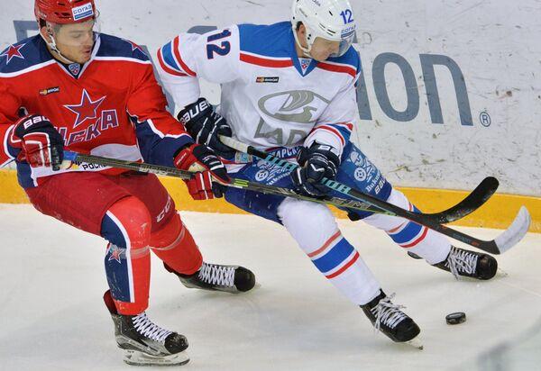 Защитник ЦСКА Михаил Науменков (слева) и нападающий Лады Антон Шенфельд