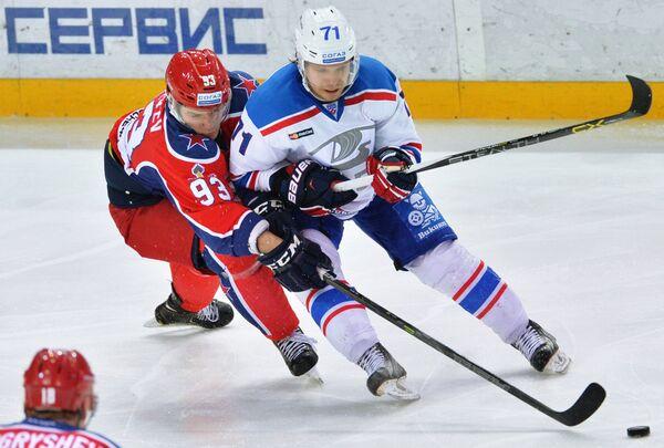 Защитник ЦСКА Артём Сергеев (слева) и форвард Лады Станислав Бочаров