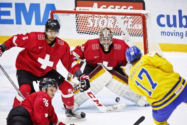 Игровой момент матча между молодежными сборными Швеции и Швейцарии на чемпионате мира по хоккею
