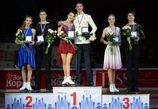 Виктория Синицина и Никита Кацалапов, Екатерина Боброва и Дмитрий Соловьев, Александра Степанова и Иван Букин (слева направо)