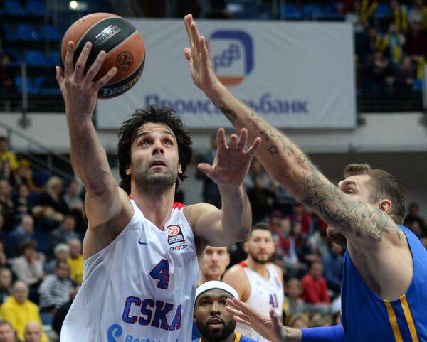 Защитник ЦСКА Милош Теодосич, баскетболисты Химок Тайрис Райс и Дмитрий Соколов (слева направо)
