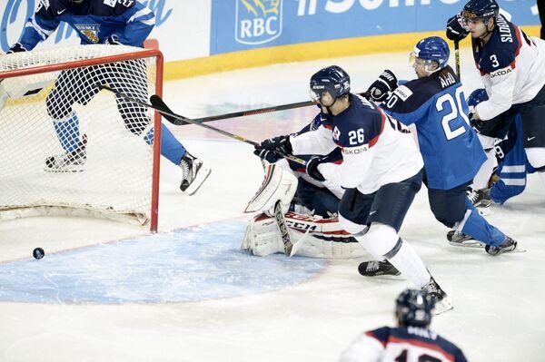 Нападающий молодежной сборной Финляндии по хоккею Себастьян Ахо (второй справа) забрасывает шайбу в ворота сборной Словакии в матче МЧМ