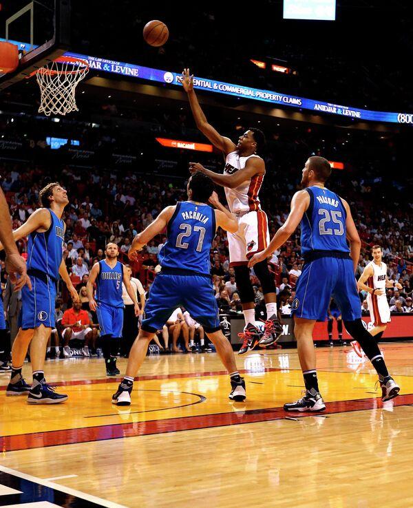 Форвард клуба НБА Даллас Маверикс Дирк Новицки (слева), центровой команды Заза Пачулия (№27) и центровой Майами Хит Хассан Уайтсайд (вверху)