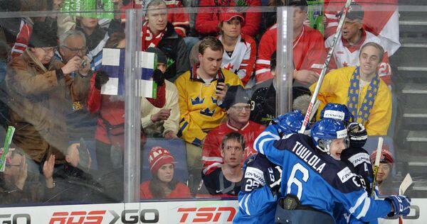 Игроки молодежной сборной Финляндии по хоккею радуются заброшенной шайбе