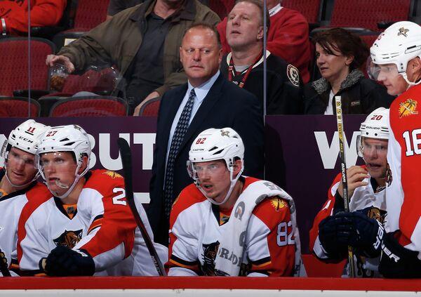 Главный тренер Флорида Пантерс Жерар Галлан (на втором плане в центре)
