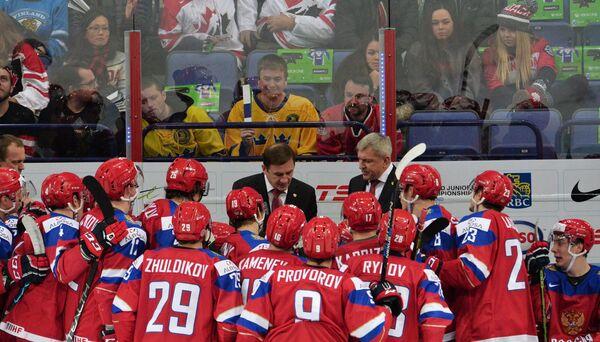 Игроки и тренеры молодежной сборной России по хоккею