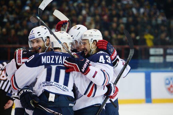 Хоккеисты Металлурга Войтек Вольски, Сергей Мозякин и Ян Коварж (слева направо) радуются заброшенной шайбе