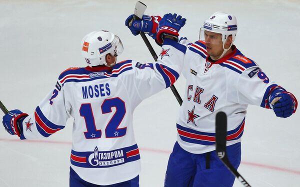 Хоккеисты СКА Стив Мозес и Сергей Широков (справа)