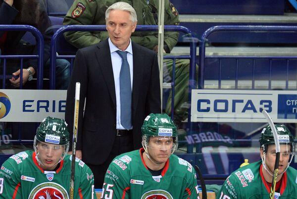 Главный тренер Ак Барса Зинэтула Билялетдинов (в центре на втором плане)