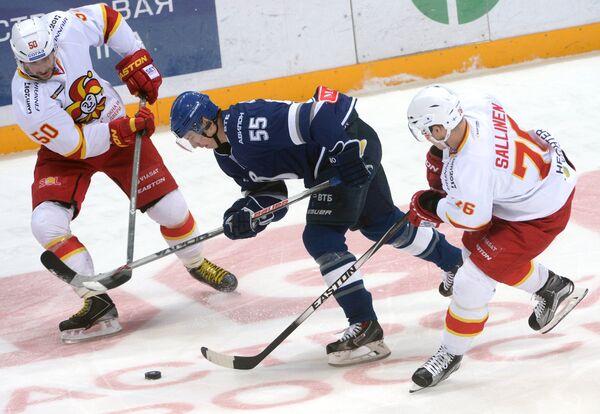 Форвард Йокерита Юхаматти Аалтонен, защитник Динамо Дмитрий Вишневский и нападающий Йокерита Ере Саллинен (слева направо)