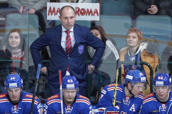 Главный тренер ХК СКА Сергей Зубов (на втором плане)