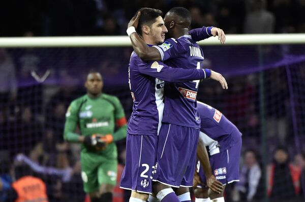 Футболисты Тулузы Янн Бодижер и Тонго Хамед Думбия (слева направо)
