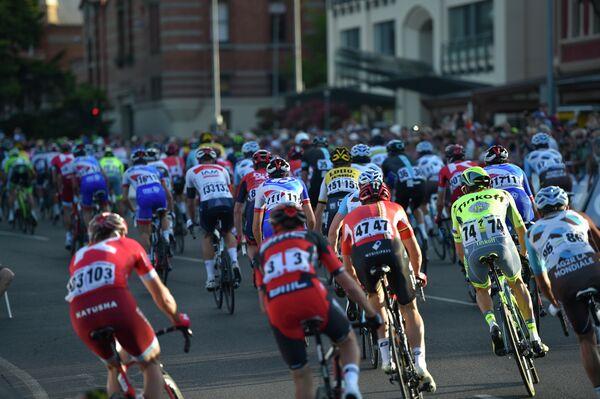 Велогонщики на дистанции гонки People's Choice Classic в Австралии