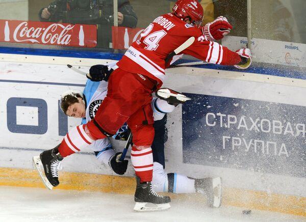 Нападающий Сибири Артём Ворошило (слева) и защитник Спартака Дмитрий Коробов
