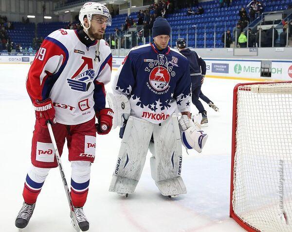 Нападающий Локомотива Данил Романцев и вратарь Торпедо Михаил Бирюков (слева направо)