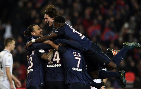 Футболисты Пари Сен-Жермен радуются забитому мячу Грегори ван дер Вила