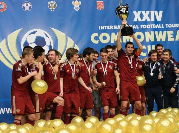 Футболисты сборной России после победы в финальном матче международного турнира Кубок Содружества-2016