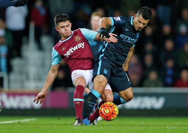 Защитник Вест Хэма Аарон Крессуэлл и форвард Манчестер Сити Серхио Агуэро (слева направо)