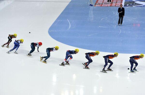 Шорт-трекистки на дистанции в финале эстафеты на 3000 метров