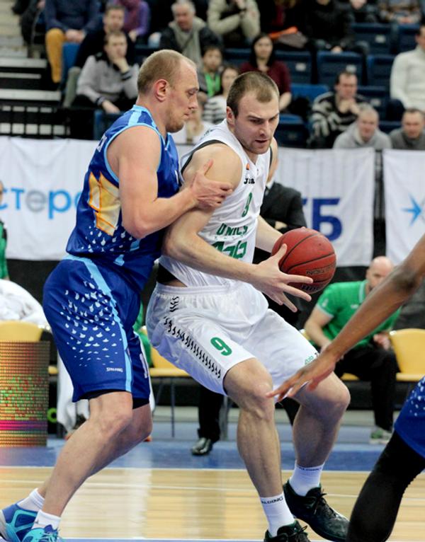 Центровой БК УНИКС Артем Параховский (справа) в матче против ВЭФа