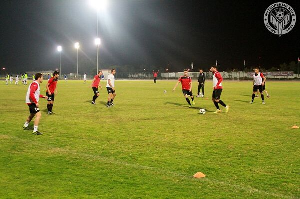 Игровой момент матча Амкар - Пахтакор