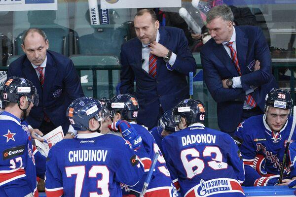 Главный тренер СКА Сергей Зубов (в центре)