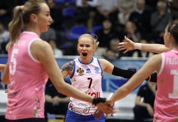 Волейболистки краснодарского Динамо Любовь Соколова и Светлана Крючкова (слева направо)
