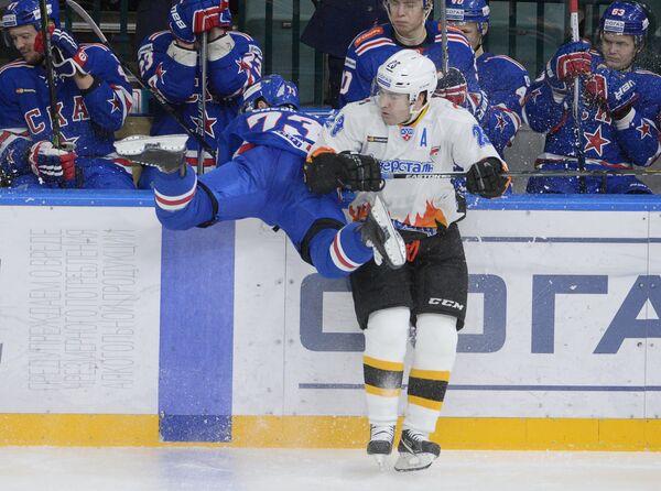 Защитник СКА Максим Чудинов (слева на первом плане) и форвард Северстали Игорь Скороходов