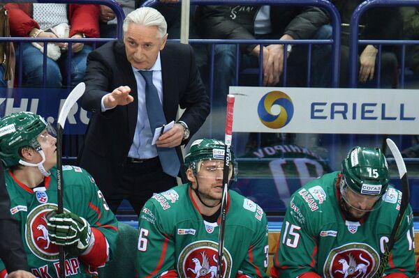 Главный тренер Ак Барса Зинэтула Билялетдинов (второй слева)