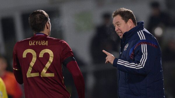 Артём Дзюба и главный тренер сборной России Леонид Слуцкий (справа)