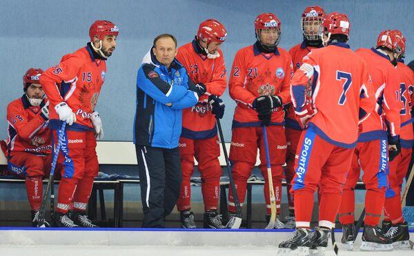 Игроки сборной России по хоккею с мячом и главный тренер команды Сергей Мяус (третий слева)